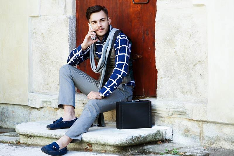Discover how to combine gray pants for men to be fashionable